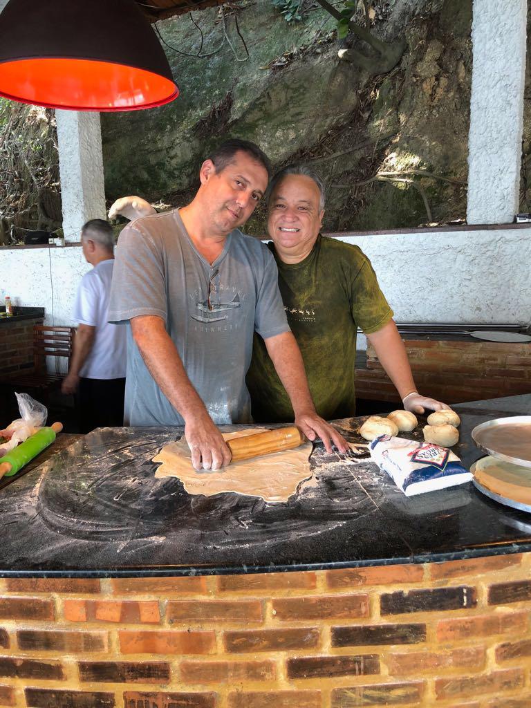 A dupla de pizzaiolos chegou a fazer mais de 50 pizzas!