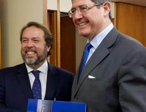 Livro dos 100 anos do clube é entregue ao Ministro da Fazenda Joaquim Levy